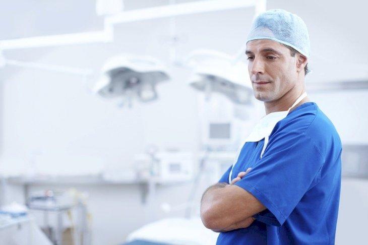 Un médecin croisant les bras | Photo : Pixabay