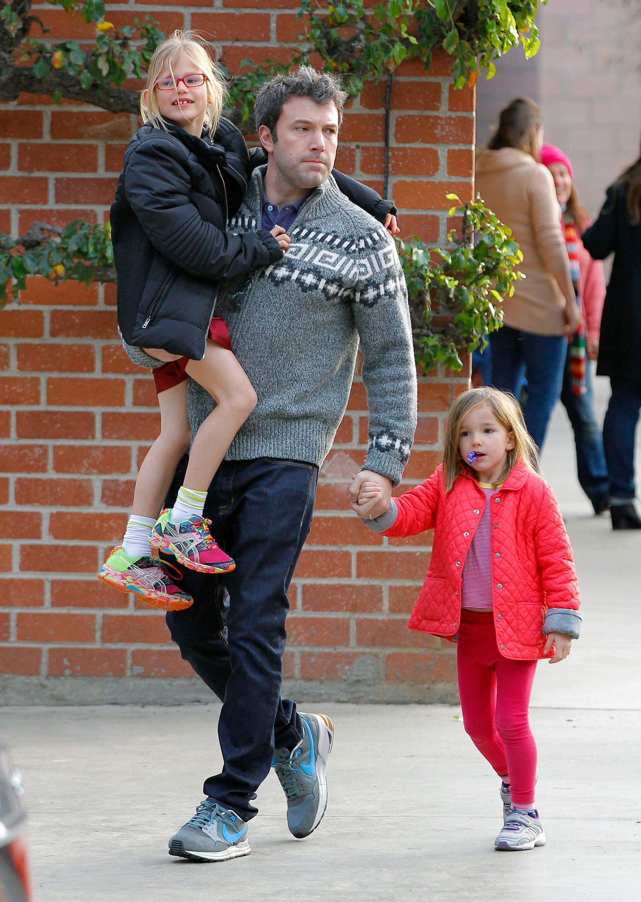 Ben Affleck and his daughters, Violet and Seraphina Affleck, are seen leaving the park on December 08, 2013 in Los Angeles, California. | Source: Getty Images