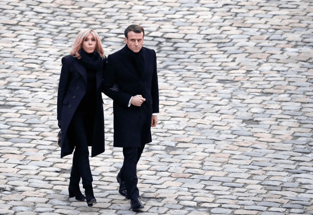 PARIS, FRANCE - 02 décembre 2019 : Le Président français Emmanuel Macron et son épouse Brigitte Macron partent après une cérémonie nationale d'hommage aux soldats français tués au Mali à l'Hôtel National des Invalides, le 02 décembre 2019 à Paris, France.  | Photo : Getty Images