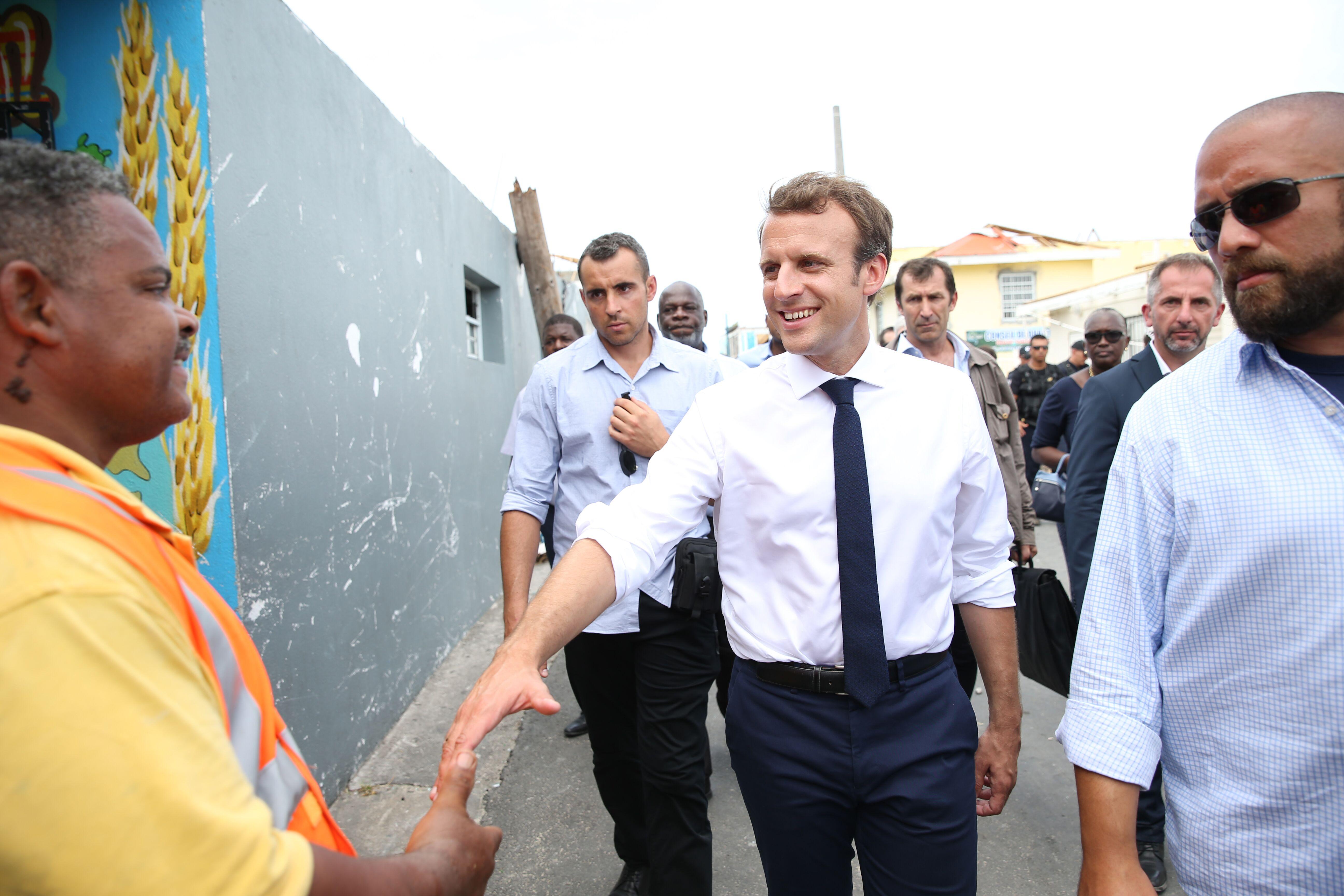 Emmanuel Macron tiens la main de gilets jaune. | Photo: Gettyimage