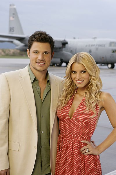 Nick Lachey and Jessica Simpson at the Headquarters of US Marine Corps, posing for the camera. | Source: Wikimedia Commons