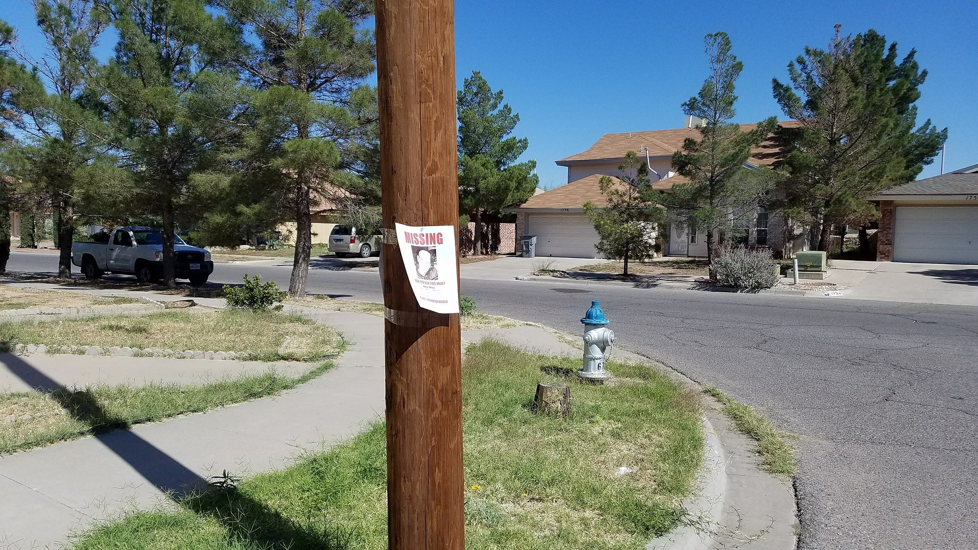 Missing person sign tacked to a wooden pole. | Source: Pixabay/Abel Delgado