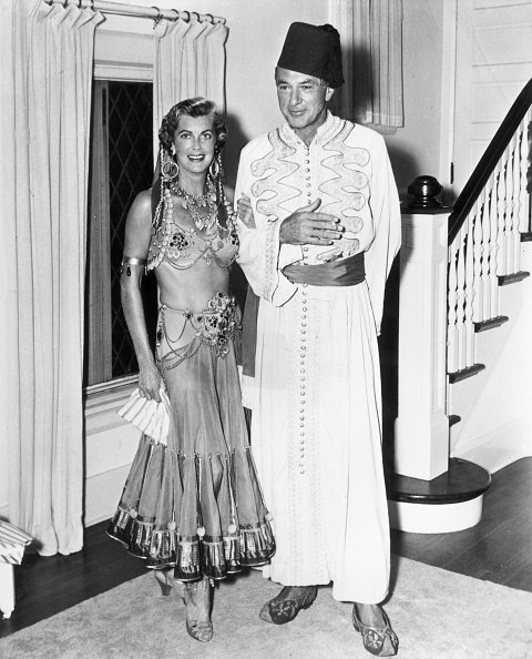 Gary Cooper and Veronica Balfe wearing Middle Eastern costumes in 1945. | Photo: Getty Images