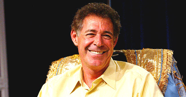 Barry Williams Recreates 'Brady Bunch' Scene with Late Robert Reed in New Nostalgic Photo