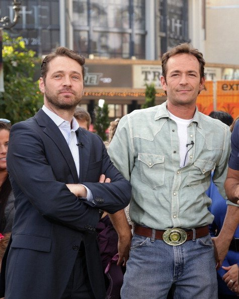 Jason Priestley and Luke Perry at The Grove on January 19, 2011 in Los Angeles, California | Photo: Getty Images