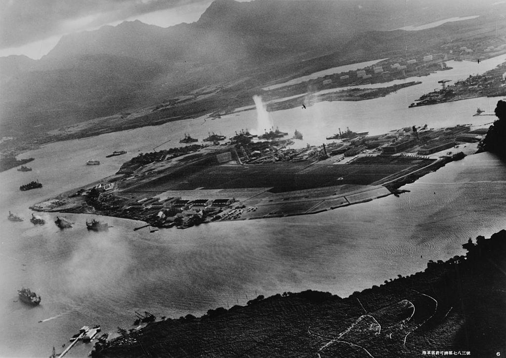 Vue aérienne de la base navale américaine de Pearl Harbor, à Hawaï, lors de l'attaque du 7 décembre 1941. l Source: Wikipedia