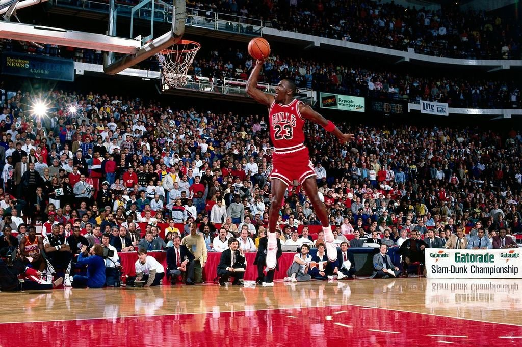 Michael Jordan #23 of the Chicago Bulls goes for a dunk during the 1988 NBA All Star Slam Dunk Competition in February 1988 | Photo: Getty Images