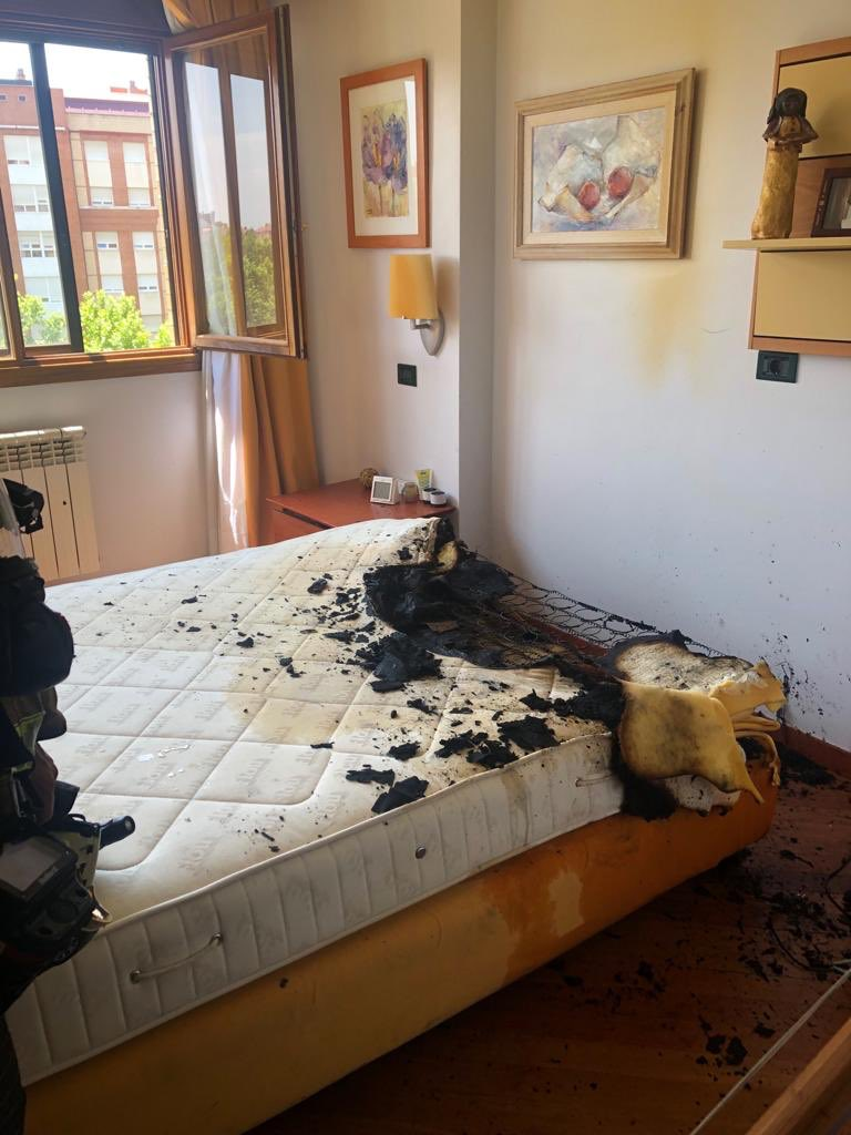 Colchón se incendió dentro de vivienda por explosión de cargador en Valladolid.   Foro: Twitter/BomberosValladolid