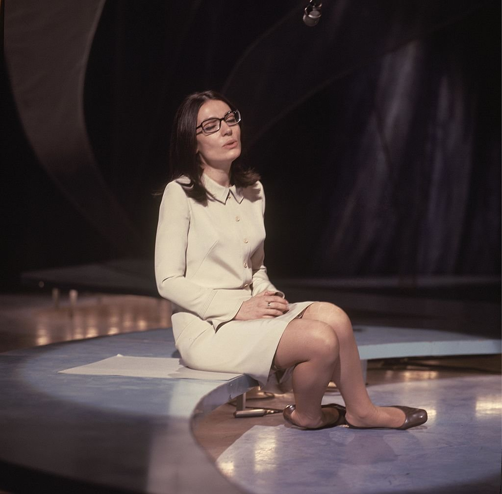 "Nana Mouskouri joue dans l'émission de la BBC ""Presenting Nana Mouskouri"" au BBC Television Centre à Londres vers 1968. 