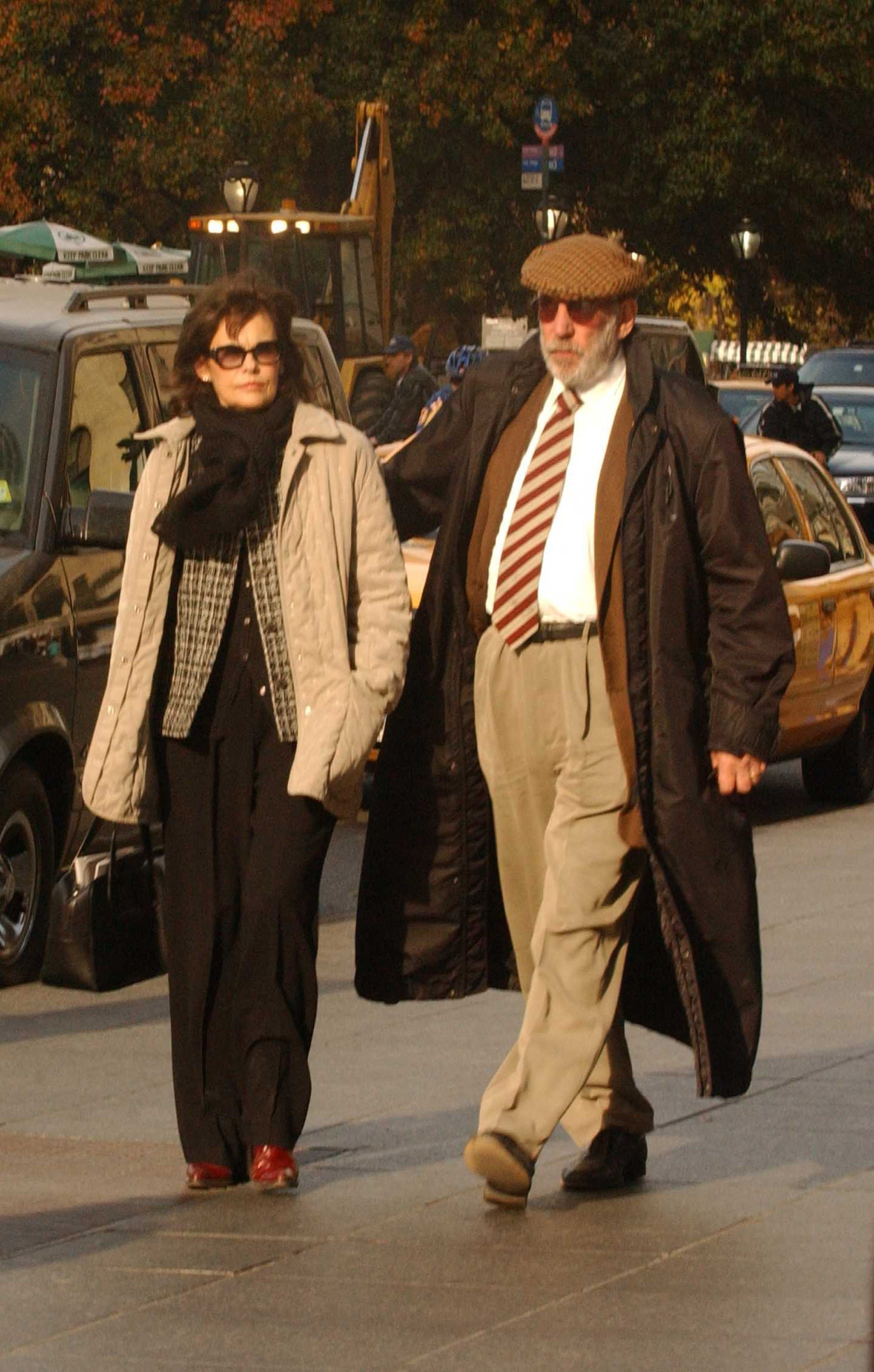 Donald Sutherland walks with his wife, Francine Racette in New York City on Nov. 15, 2002 | Photo: Getty Images