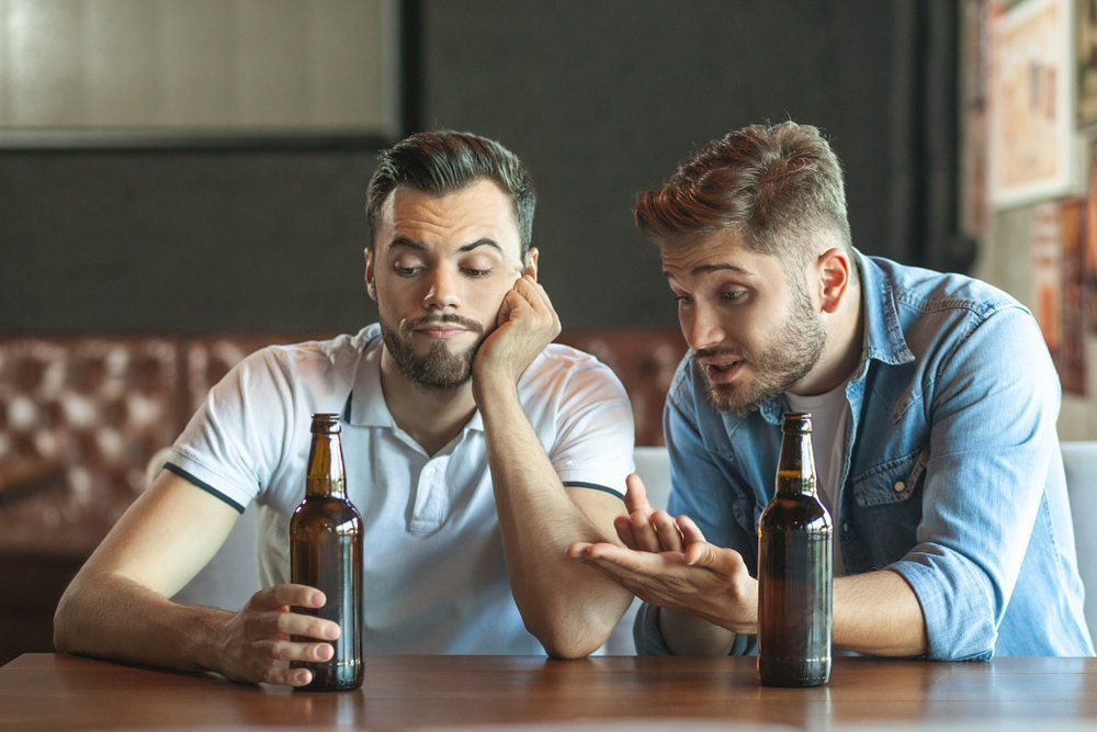 Two drunk friends are at a bar together | Photo: Shutterstock