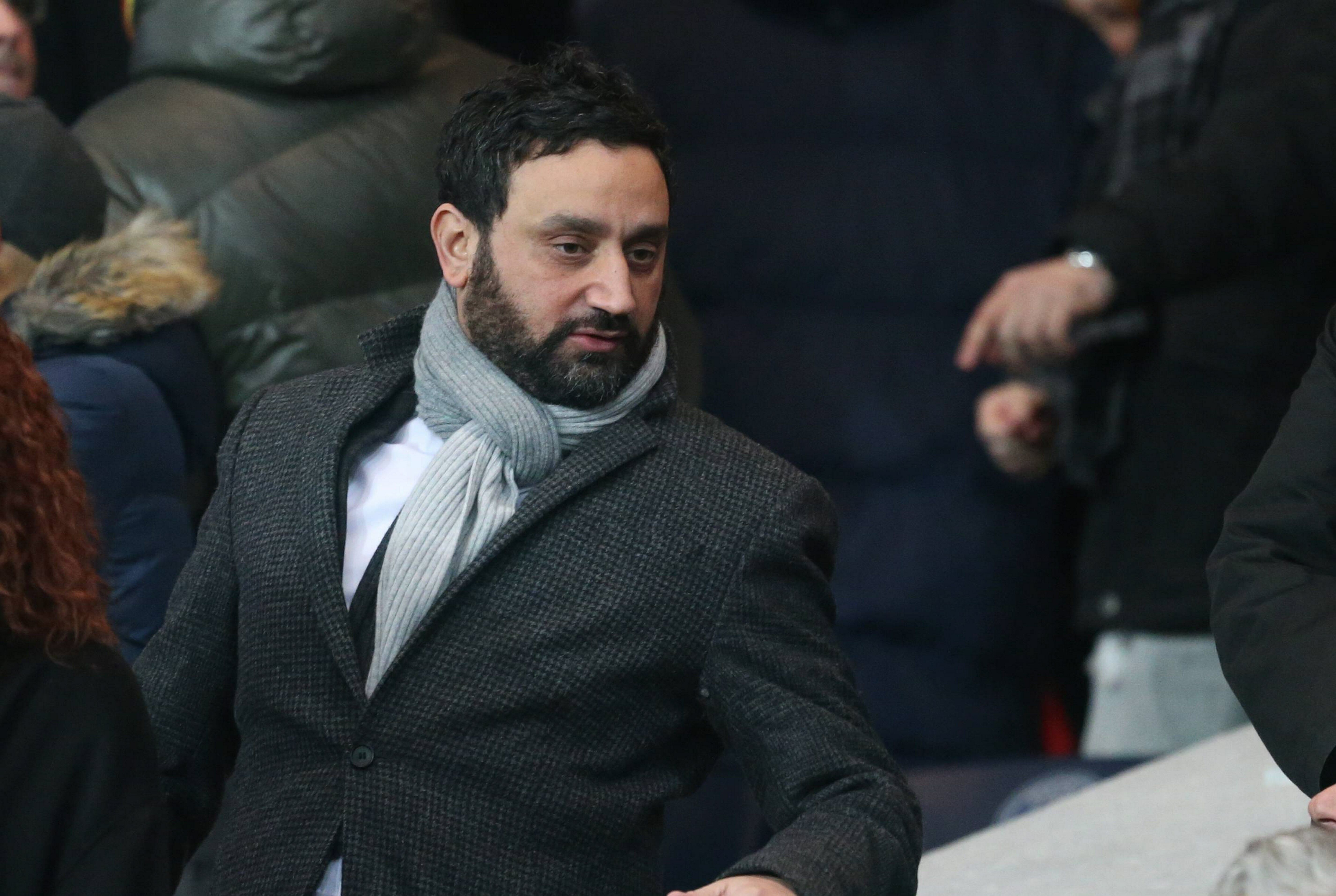 Cyril Hanouna assiste au cours de la Ligue 1 française entre le Paris Saint-Germain et l'Olympique Lyonnais au Parc des Princes le 13 décembre 2015 à Paris, France. | Photo : Getty