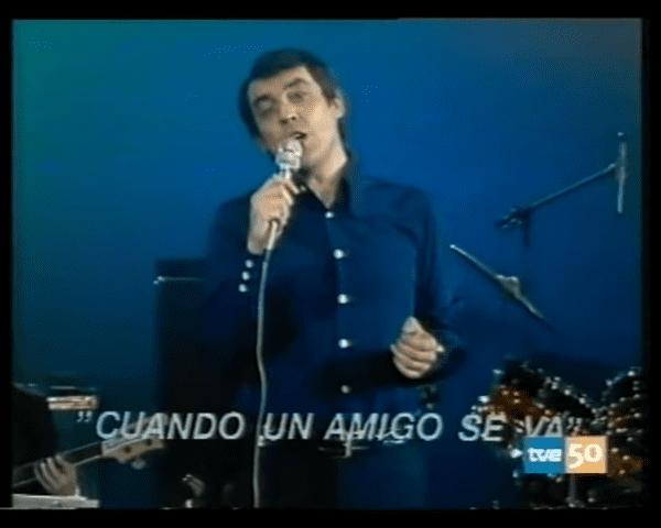 Alberto Cortez interpretando su emblemático tema │Imagen tomada de: YouTube /  jaumequalsevol