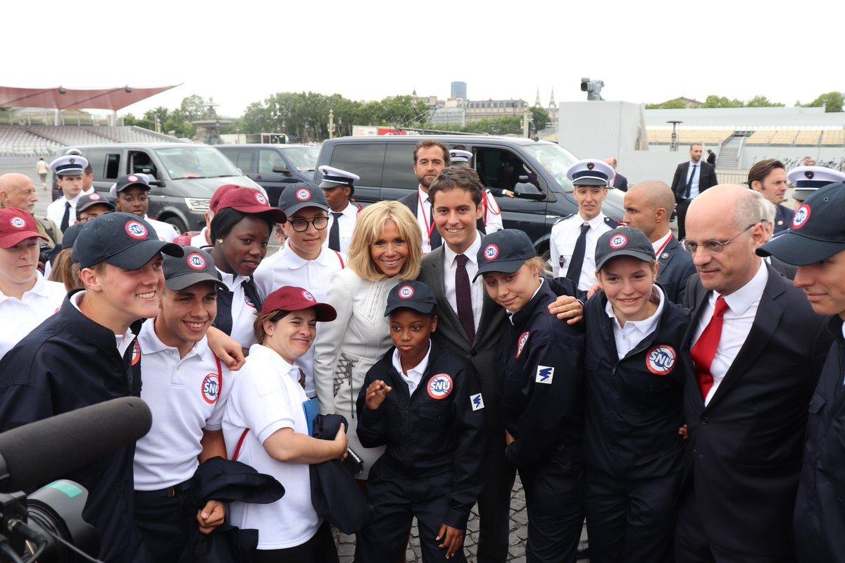 Le selfie de Brigitte Macron avec de nouvelles recrues du Service national universel | Source: Twitter Gabriel Attal