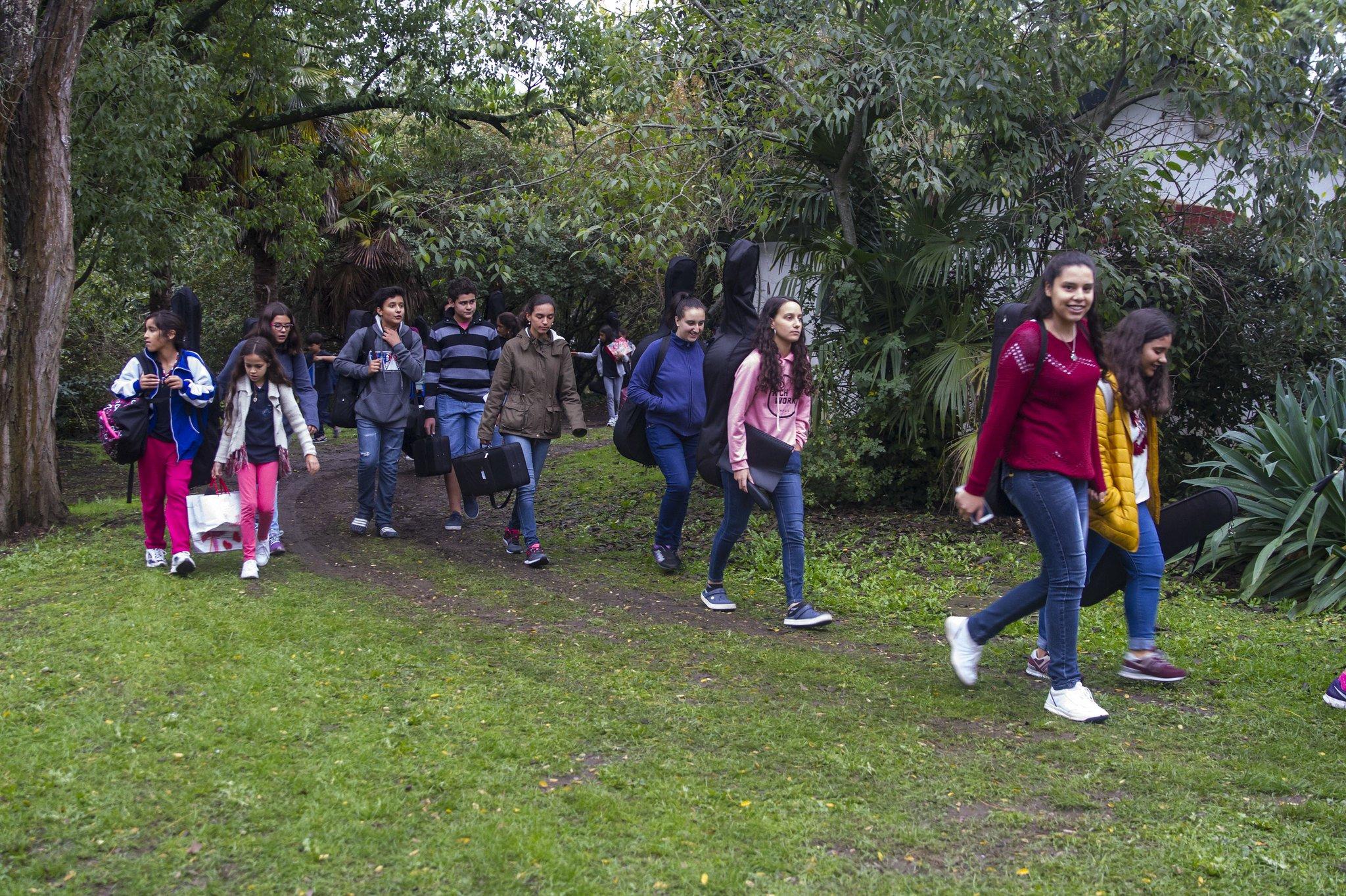 Grupo de niños caminando por el sendero de un campamento. | Imagen: Flickr