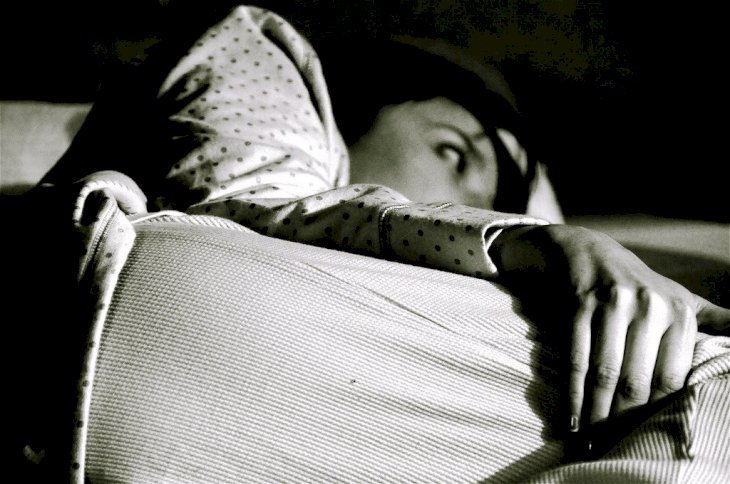 Woman trying to sleep | Source: Flickr
