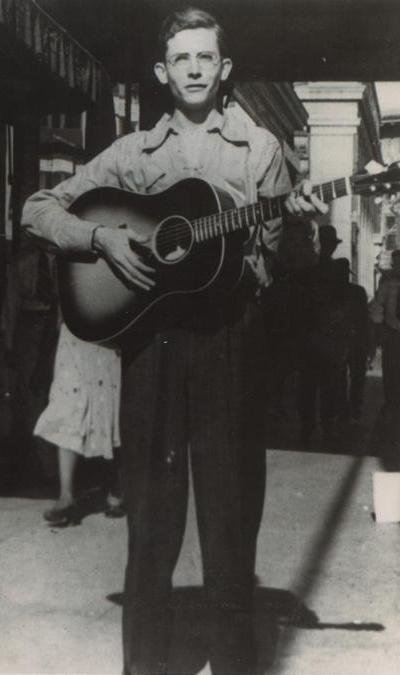 Hank Williams playing guitar in Montgomery, Alabama in 1938 | Photo: Wikimedia Commons Images