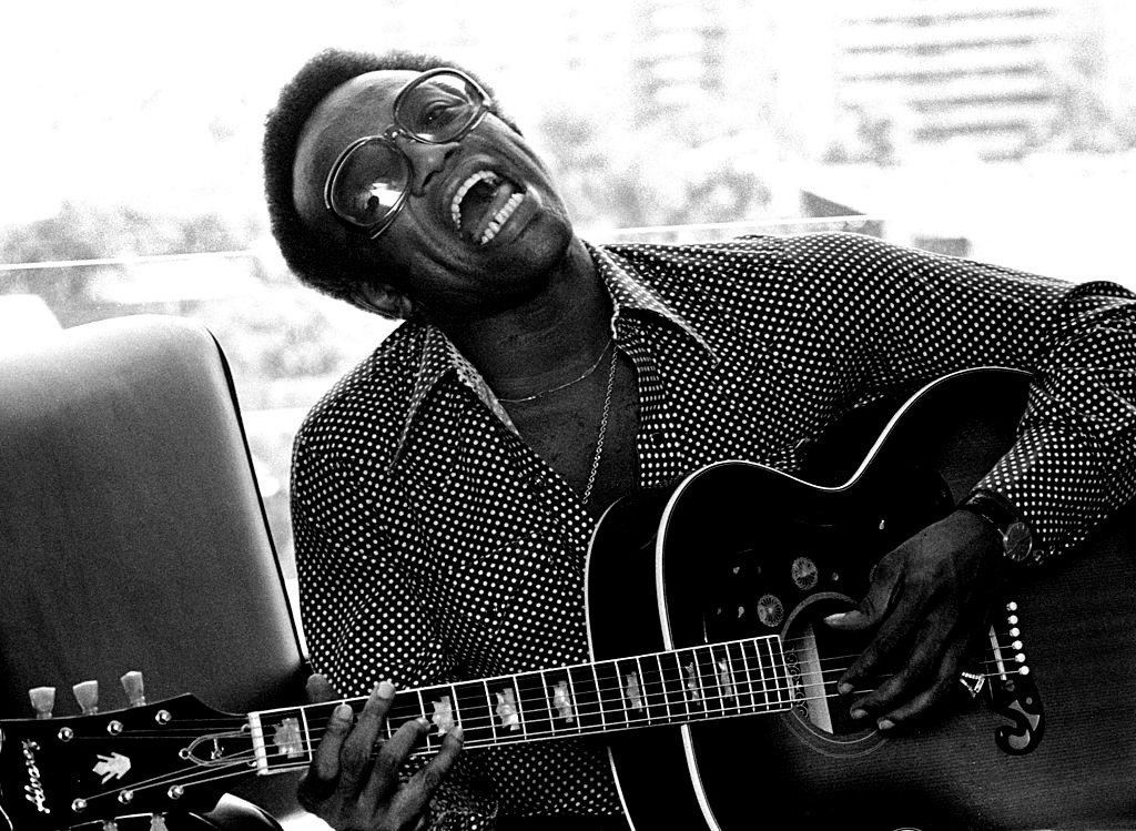 Bobby Womack performs in Los Angeles in 1974 | Photo: Getty Images