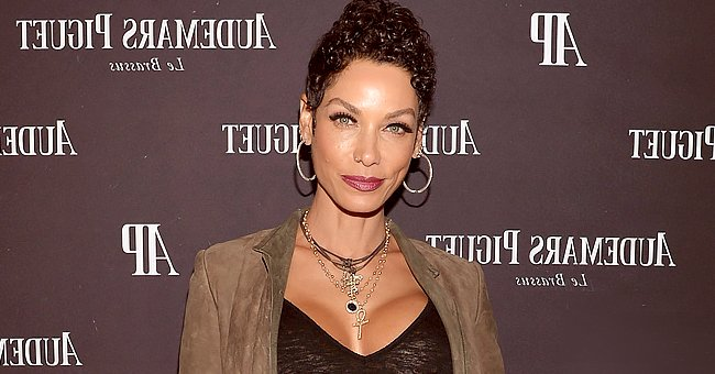 Glimpse at Nicole Murphy's Stunning Figure as She Goes up a Flight of Stairs in the Mountains