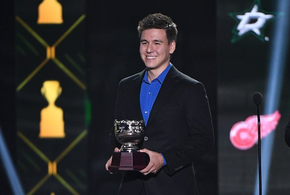 James Holzhauer presents the Frank J. Selke Trophy during the 2019 NHL Awards on June 19, 2019 | Photo: Getty Images