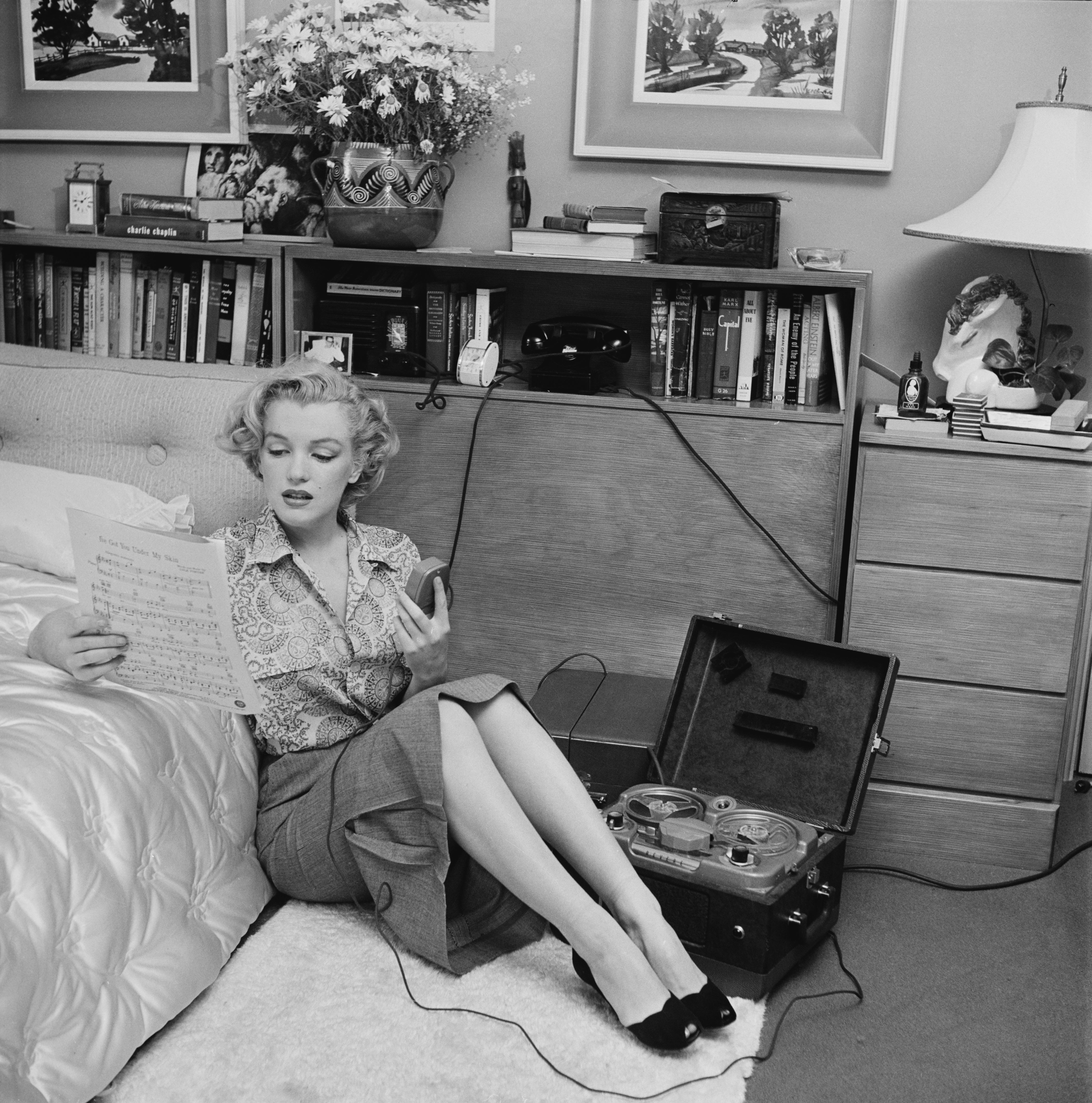 Marilyn Monroe reading sheet music, 1950 | Photo: Getty Images
