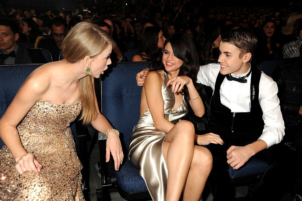 Taylor Swift, Selena Gomez und Justin Bieber im Publikum bei den American Music Awards 2011 im Nokia Theatre L.A. LIVE am 20. November 2011 in Los Angeles, Kalifornien. (Foto von Jeff Kravitz / AMA2011 / FilmMagic) I Quelle: Getty Images