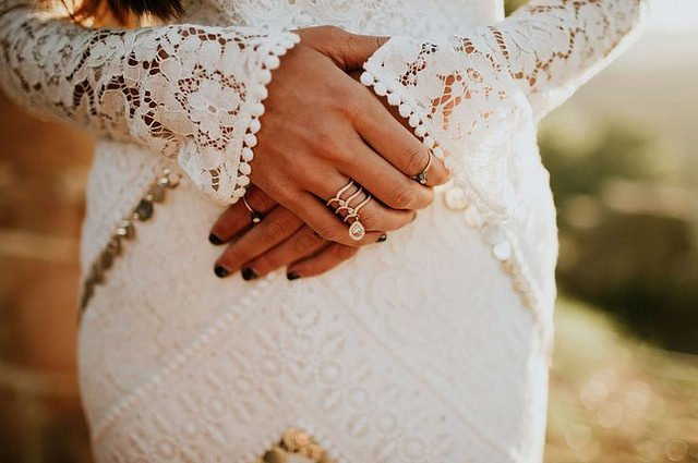 A woman showing her wedding ring. | Source: Flickr