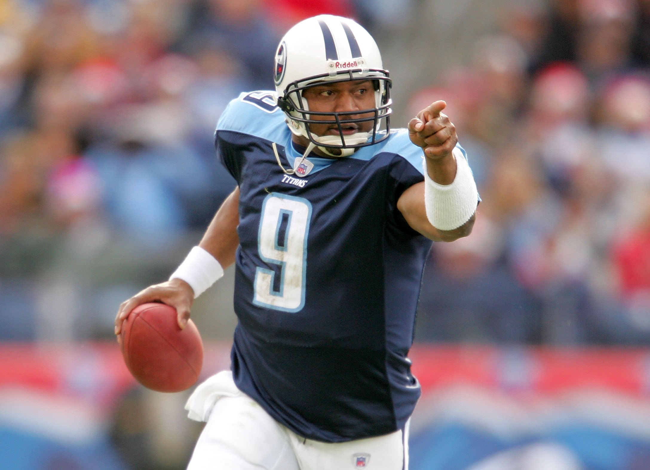 Steve McNair #9 of the Tennessee Titans plays against the Tennessee Titans December 18, 2005 at The Coliseum in Nashville, Tennessee. | Photo: GettyImages