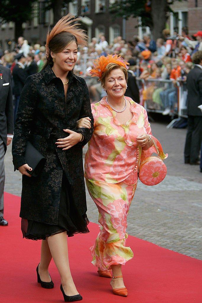 La princesa Juliana y la princesa Christina en la boda del príncipe Pieter Christiaan, el 27 de agosto de 2005 en Noordwijk, Holanda. | Imagen: Getty Images