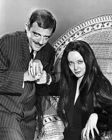 "Carolyn Jones et John Astin dans ""The Addams Family"" en 1964. 