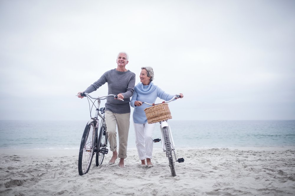 Un couple de personnes âgées sur la plage. l Source: Shutterstock