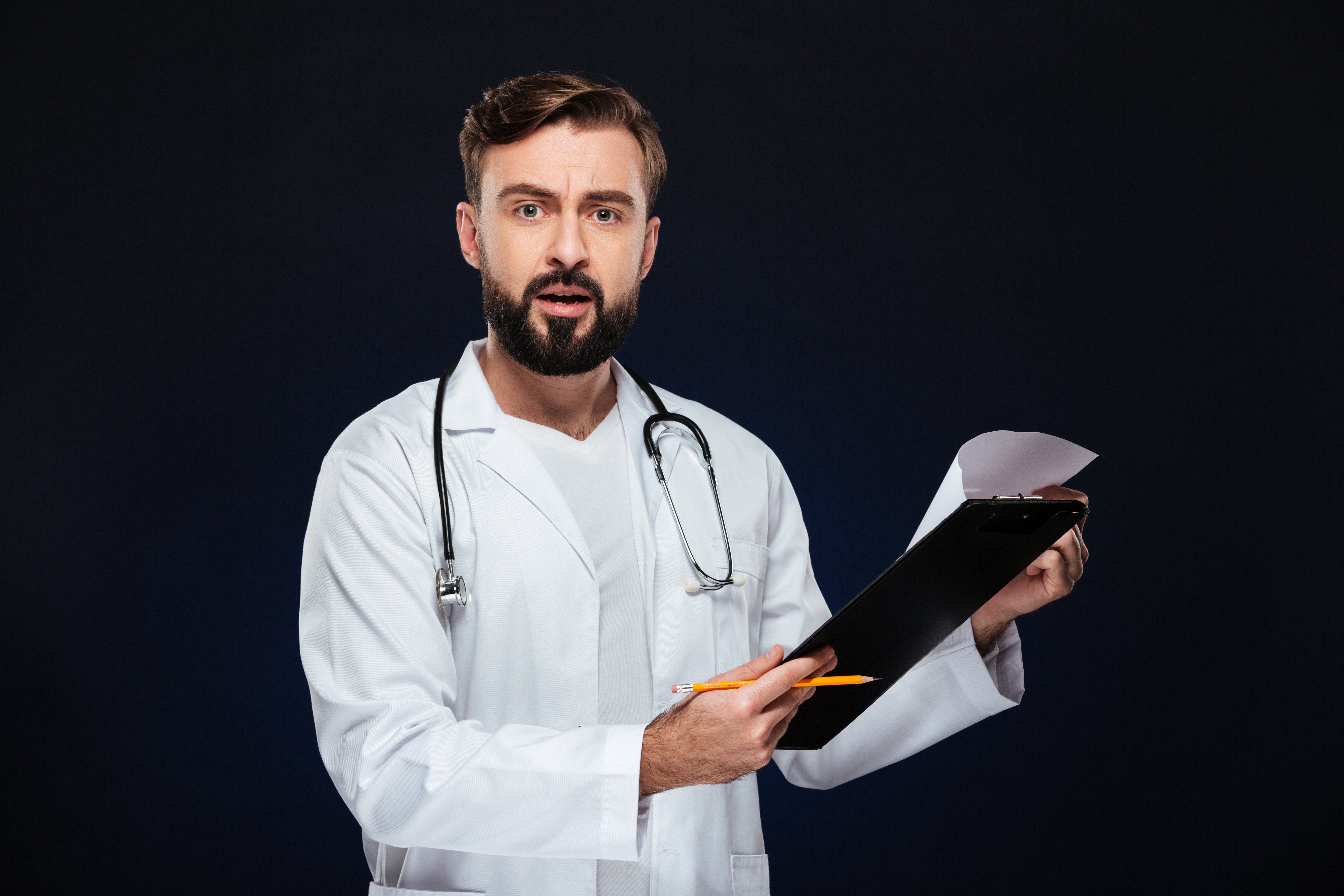 Portrait of a shocked male doctor. | Photo: Freepik.