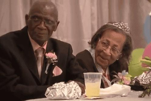 Das glückliche Ehepaar während der Feier | Quelle: Youtube / Breaking News
