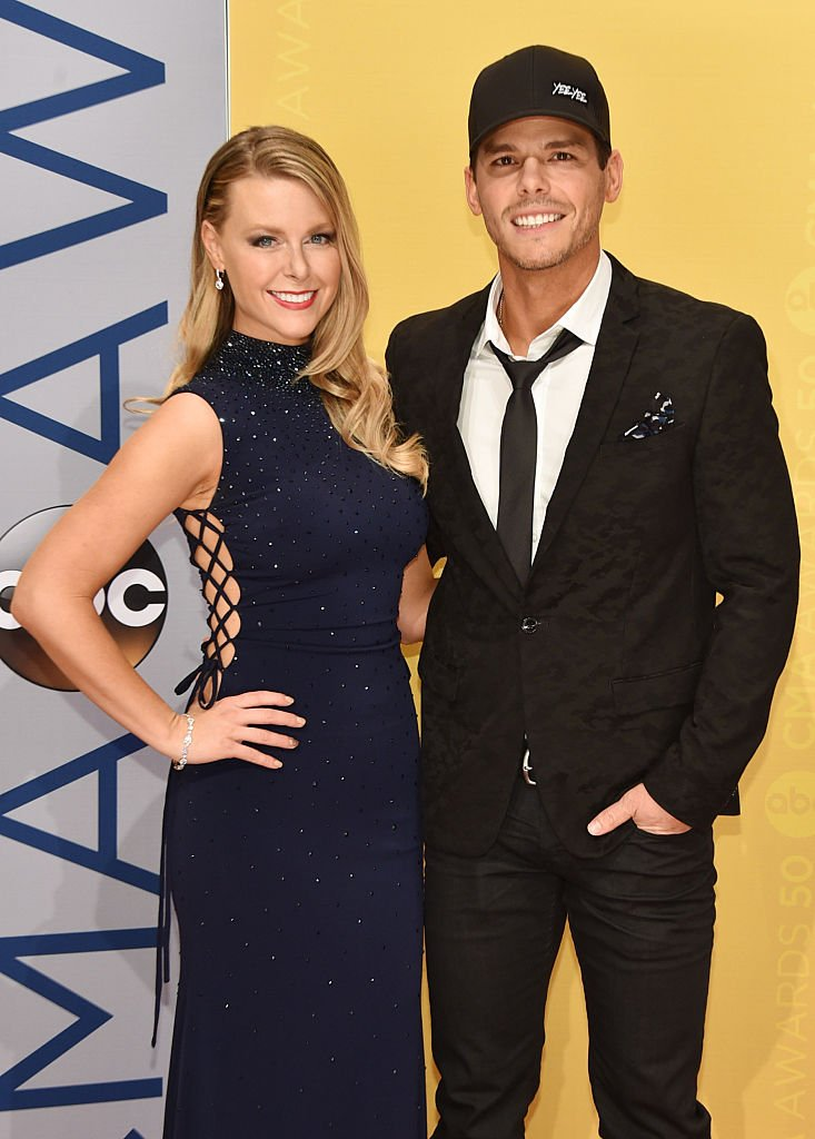 Granger Smith (R) and wife Amber Bartlett attend the 50th annual CMA Awards at the Bridgestone Arena on November 2, 2016 | Photo: Getty Images