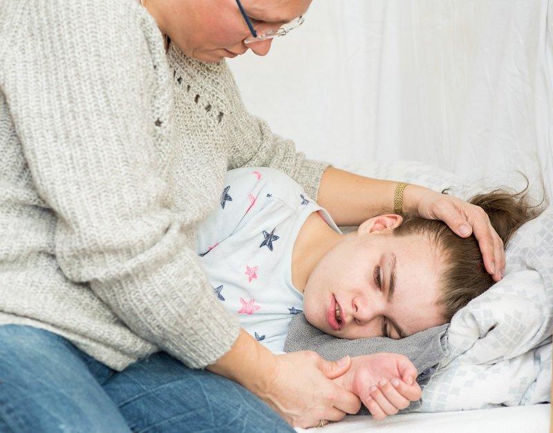 Madre consuela a su hija. Fuente: Shutterstock