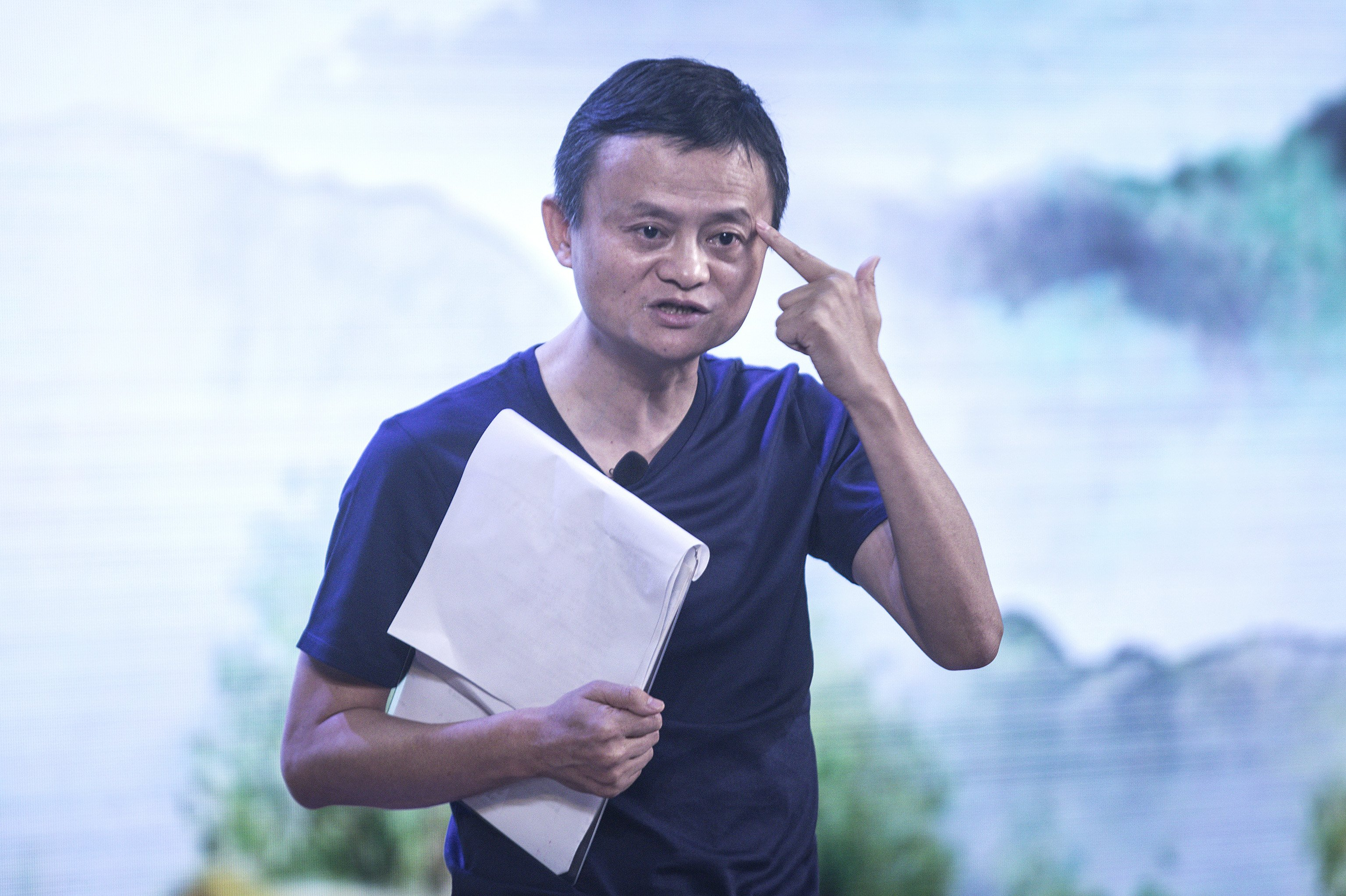 Jack Ma giving a lecture at the gives a speech at the Ò Rural Education Lunch meeting for the Jack Ma Foundation in Sanya, China | Photo: Getty Images