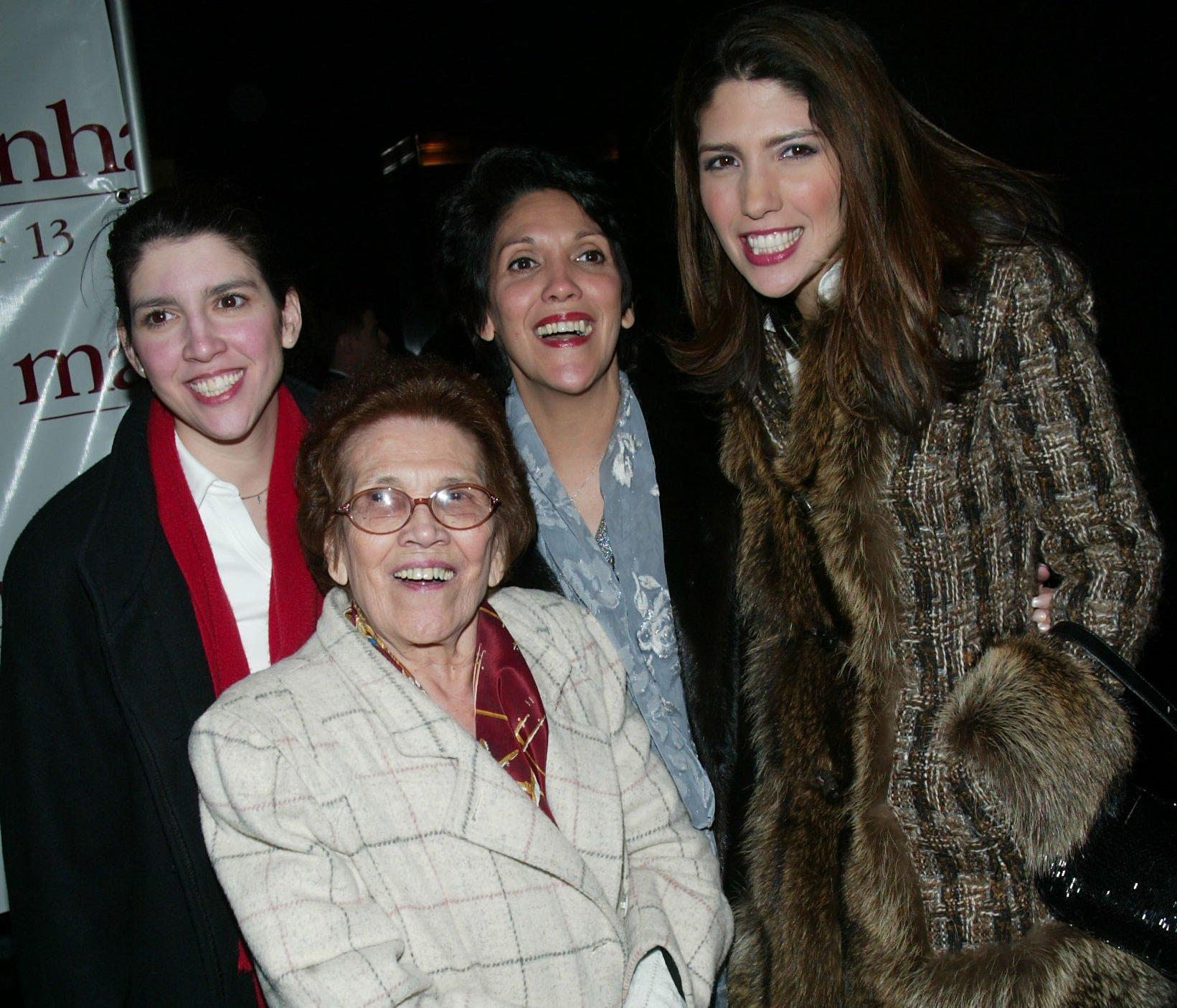"Familiares de Jennifer López (izq-der) Leslie López (hermana), Julia Rodríguez (abuela), Guadlupe López (madre) y Lynda López (hermana) asisten al afterparty del estreno mundial de ""Maid in Manhattan"" en diciembre de 2002 || Fuente: Getty Images"