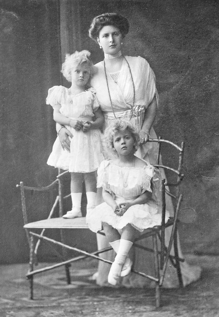 Alice with her first two children, Margarita and Theodora, c. 1910 I Image: Wikimedia Commons