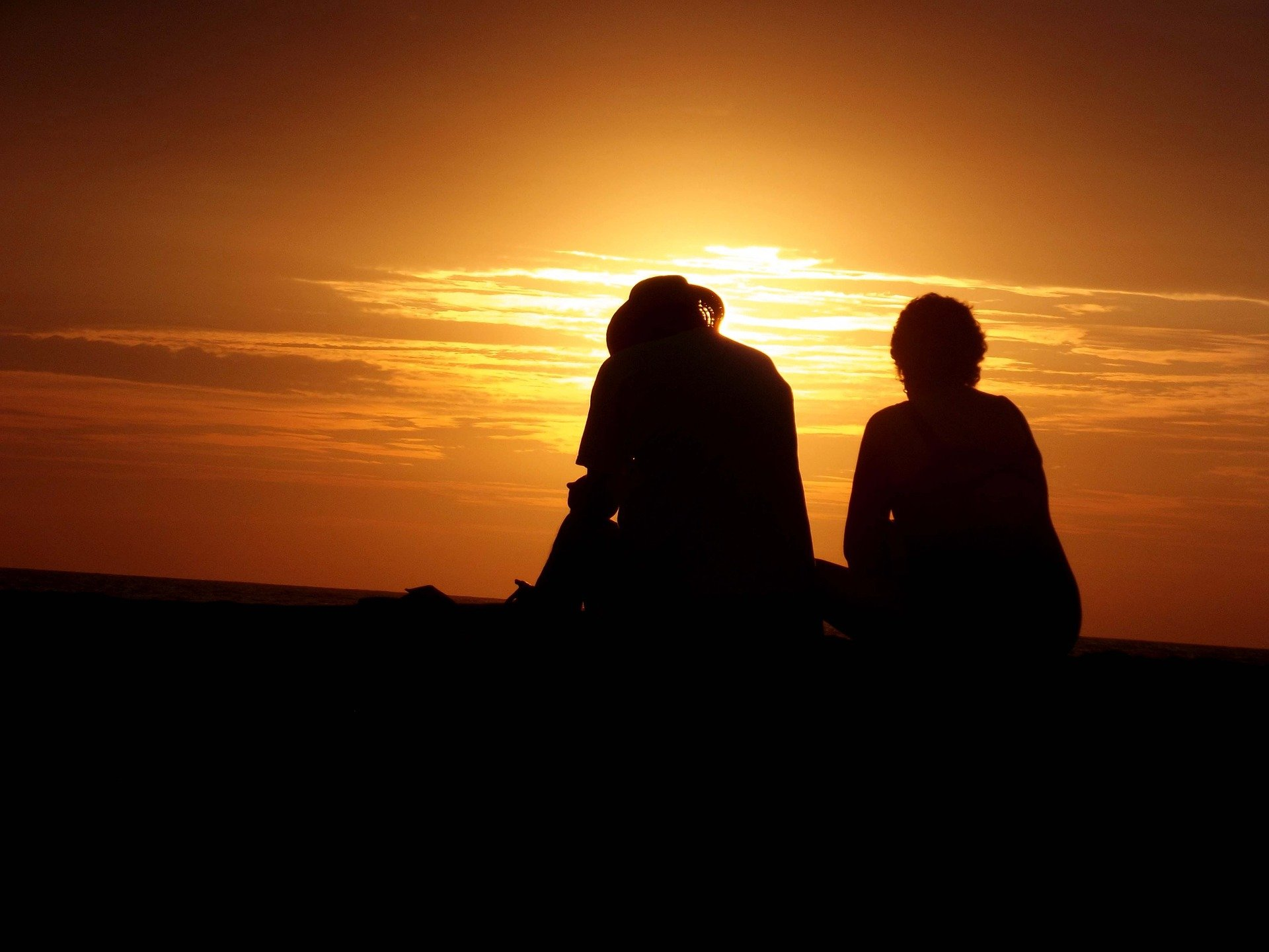 A couple looking into the sunset. | Source: Pixabay.