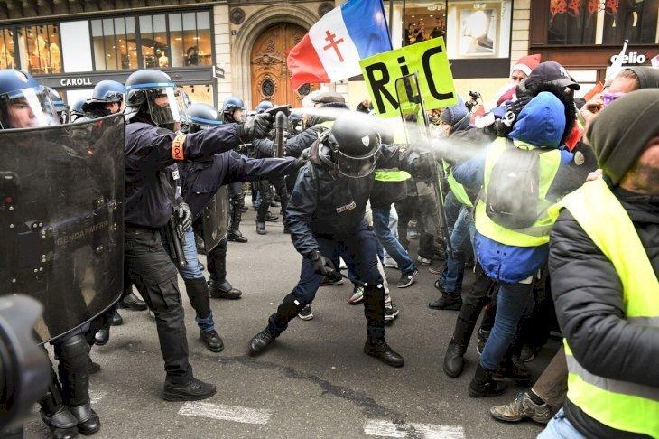 La police repoussant les gilets jaunes. l Source: Getty Images