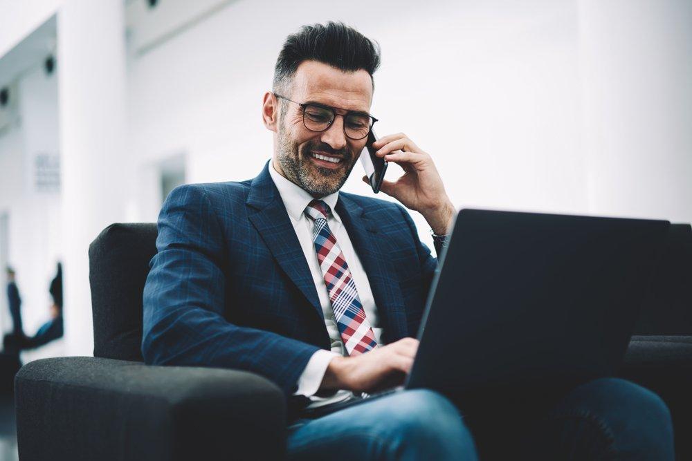 Geschäftsmann am Telefon | Quelle: Shutterstock