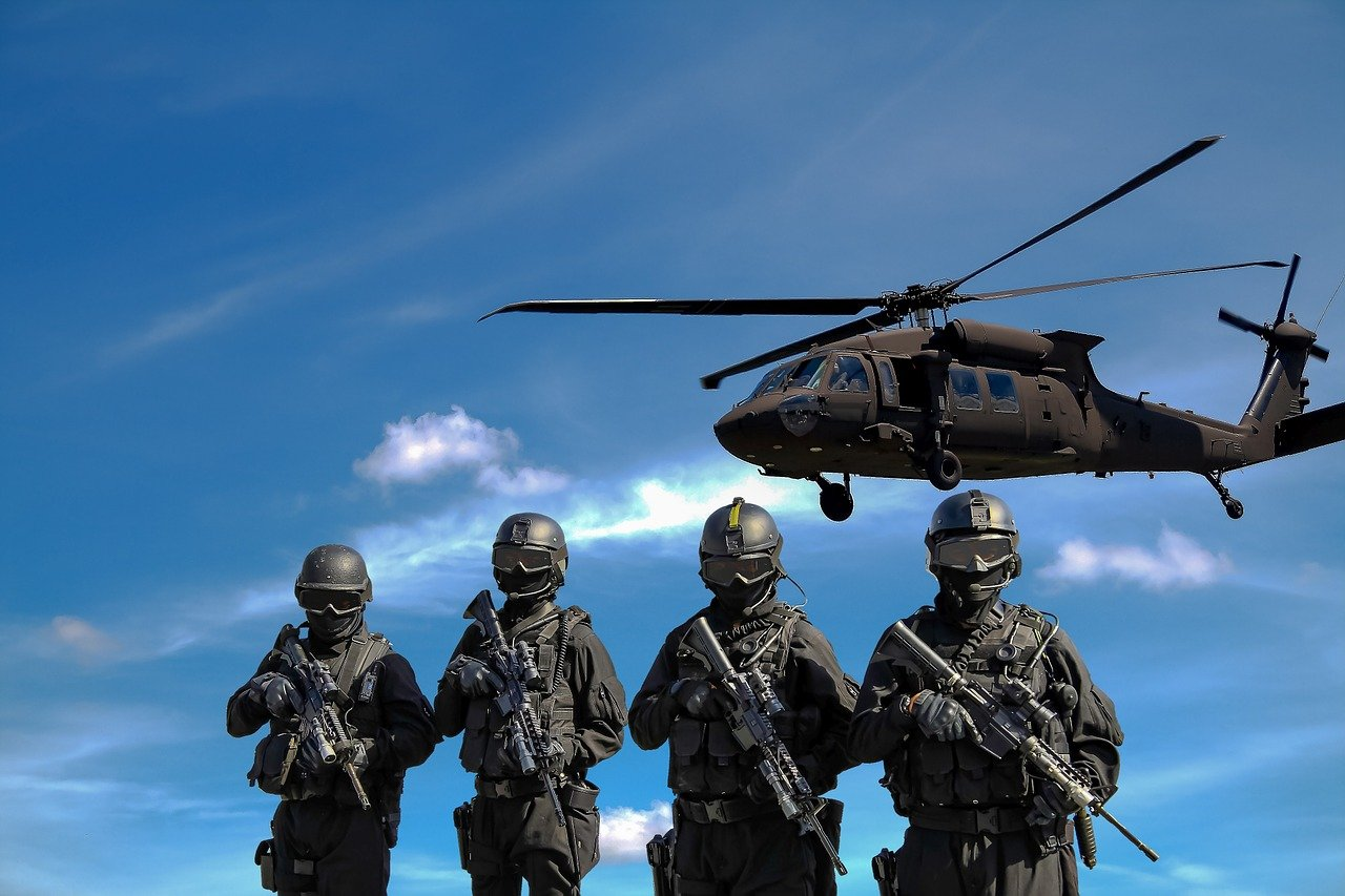 Des soldats en tenue de combat. | Photo : Pixabay