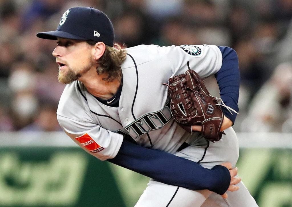 Mike Leake throws during the game between the Yomiuri Giants and Seattle Mariners on March 17   Photo: Getty Images