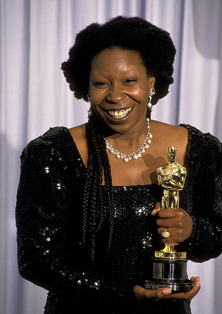 Whoopi Goldberg, with her Oscar for Best Supporting Actress, at the 63rd Annual Academy Awards. | Photo: Getty Images
