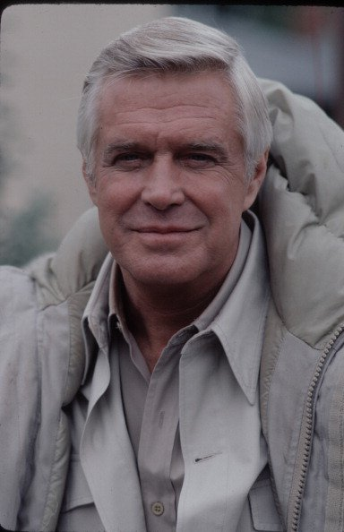 George Peppard prend la pose pour un portrait | Getty Images