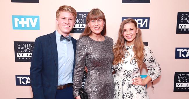La veuve de Steve Irwin, radieuse posant avec leurs enfants sur le tapis rouge