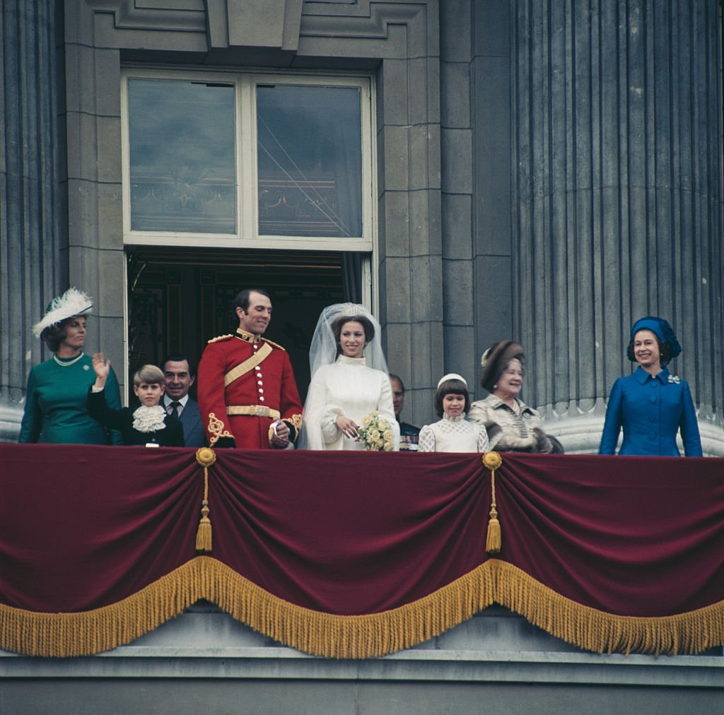 Anne, the Princess Royal and Mark Phillips pose on the balcony of Buckingham Palace in London, UK, after their wedding, 14th November 1973. | Source: Getty Images.