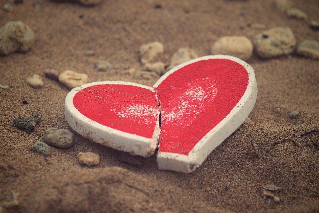 Coeur brisé sur le sable. | Photo : Flickr