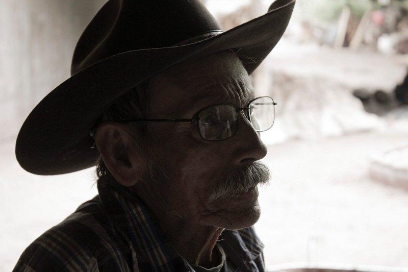 Anciano usando lentes y sombrero vaquero / Imagen tomada de: Pexels