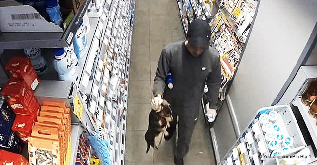 Cet homme a pris son chien et l'a emmené par le cou dans une boutique
